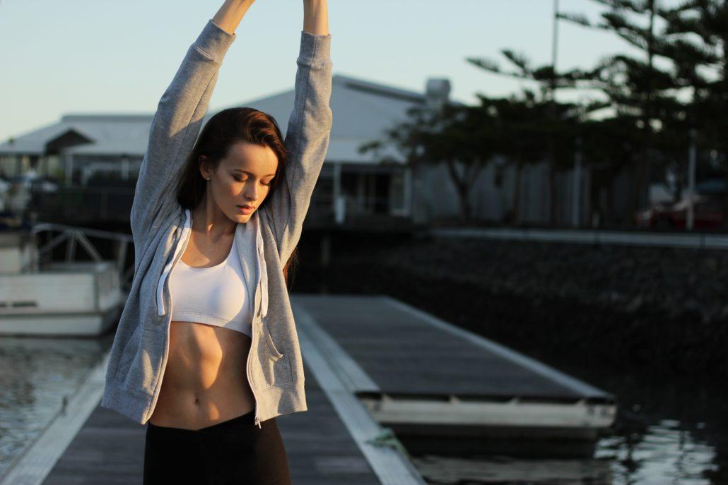 une femme atteinte d'endométriose s'étire